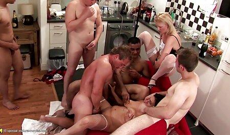 Stretto bruna dal gruppo di supporto prende una porzione di pornostar italiane anni 90 sperma in esso